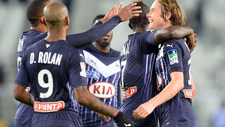 Jaroslav Plasil félicité par ses coéquipiers dont Diego Rolan: un Bordeaux heureux (NICOLAS TUCAT / AFP)