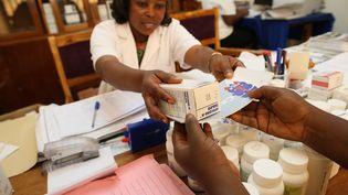 Distribution de traitements antirétroviraux à une personne séropositive dans un centre médical de Lomé, au Togo, le 18 octobre 2011. (GODONG / ROBERT HARDING HERITAGE)
