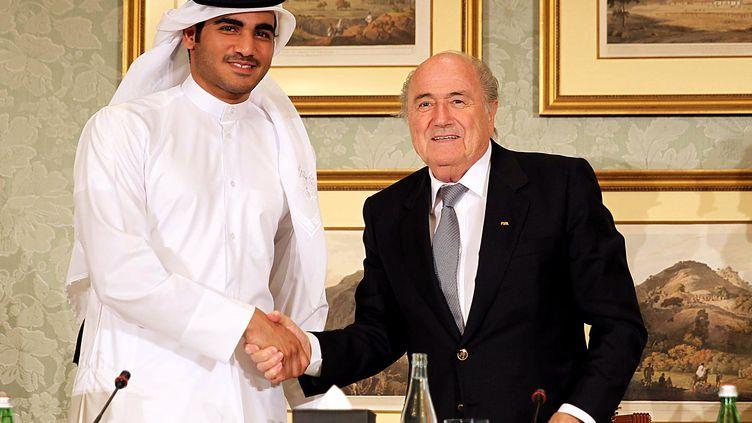 Le président du comité du Qatar Sheikh Mohammed Bin Hamad Al-Thani et le président de la Fifa Sepp Blatter, le 9 novembre 2013 à Doha (Qatar). (MOHAMED FARAG / ANADOLU AGENCY / AFP)