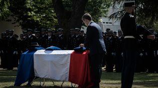 Le ministre de l'Intérieur, Gérald Darmanin, remet la Légion d'honneur à titre posthume à la gendarme Mélanie Lemée, tuée dans l'exercice de ses fonctions, lors d'une cérémonie à Mérignac (Gironde), jeudi 9 juillet 2020. (PHILIPPE LOPEZ / AFP)
