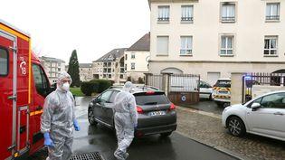 Des membres des services d'urgence et de soins intensifsdevant la maison de retraite Etienne Marie de la Hante à Crepy-en-Valois (Oise) le 2 mars 2020. (FRANCOIS NASCIMBENI / AFP)