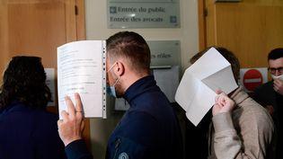 Des supporters de l'OM soupçonnés d'être impliqués dans les incidents à la Commanderie fin janvier comparaissaient devant le tribunal correctionnel de Marseille, le 24 février 2021. (NICOLAS TUCAT / AFP)