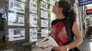 Une femme consulte des annonces immobilières, le 1er septembre 2016, à Toulouse (Haute-Garonne). (MAXPPP)