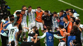 Les Argentinscélèbrent leur victoire face à la Colombie et leur qualification pour la finale de la Copa America, le 6 juillet 2021. (EVARISTO SA / AFP)