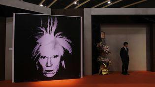 Un autoportrait d'Andy Warhol, exposé à la maison d'enchères Sotheby's, à Hong Kong (Chine), le 2 avril 2010. (KIN CHEUNG / AP / SIPA)