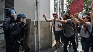 Des manifestants invectivent des gendarmes mobiles à Nantes, samedi 3 août 2019, lors d'un rassemblement pour dénoncer les violences policières. (JEAN-FRANCOIS MONIER / AFP)