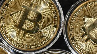 Des pièces de bitcoin. Photo d'illustration. (OZAN KOSE / AFP)
