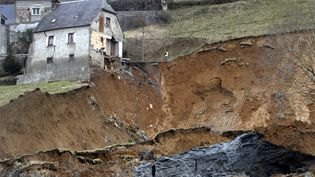 Une maison de Gazost (Hautes-Pyrénees), au bord d'un ravin apparu après un glissement de terrain samedi 28 février. (LAURENT DARD / AFP)