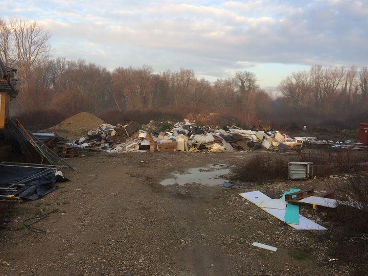 Un dépôt sauvage de débris de chantier, comprenant de l'amiante, en décembre 2018, dans l'Isère. (DR)