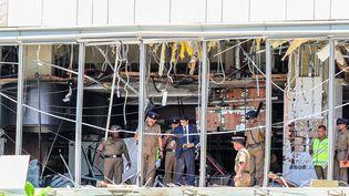 Des forces de sécurité inspectent la scène d'un attentat à l'hôtel Shangri La à Colombo (Sri Lanka), le 21 avril 2019. (CHAMILA KARUNARATHNE / ANADOLU AGENCY / AFP)