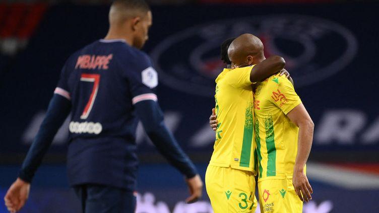 Les Nantais exultent après leur exploit au Parc des Princes contre le PSG de Kylian Mbappé ici dépité après la défaite des siens, dimanche 14 mars 2021 (29e journée de Ligue 1). (FRANCK FIFE / AFP)