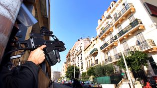Un policier du Groupe d'intervention de la police nationale s'apprête à participer à l'opération antiterroriste, le 6 octobre 2012 à Cannes (Alpes-Maritimes). (JEAN-CHRISTOPHE MAGNENET / AFP)