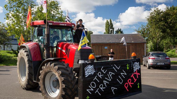 Un agriculteur se prépare à se rendre à Paris, le 1er septembre 2015 à Dol-de-Bretagne (Ille-et-Vilaine). (CITIZENSIDE / GAEL CLOAREC / AFP)