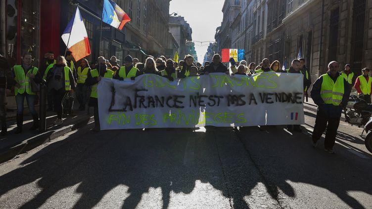 """Les """"gilets jaunes"""" manifestent à Marseille : """"La France n'est pas à vendre, fin des privilèges"""", le 5 janvier 2019. (BORIS HORVAT / AFP)"""