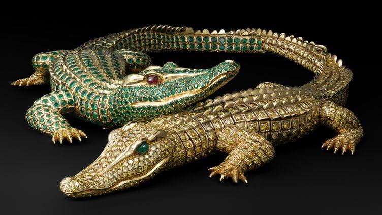 Collier Crocodiles. Cartier Paris, commande de 1975. Or, 1 023 diamants jaune fantaisie taille brillant pour un poids total de 60.02 carats, deux cabochons d'émeraude de forme navette (yeux). 1 060 émeraudes pour un poids total de 66.86 carats, deux cabochons de rubis (yeux) entièrement articulé, chaque crocodile peut se porter en broche. Afin de ne pas blesser le cou lorsqu'il est porté en collier, les pattes intérieures sont remplacées par des motifs qui simulent des pattes repliées. Commande spéciale de María Félix. Longueur 30 cm; longueur 27.3  (V. Wulveryck, Collection Cartier © Cartier)