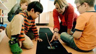 Les écoles Montessori se multiplient en France, comme ici à Lyon lors d'une séance d'apprentissage du calcul avec des perles. (MOUILLAUD RICHARD / MAXPPP)