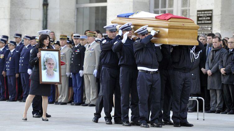 Une cérémonie d'hommage au lieutenant Anne Pavageau, tuée dans l'exercice de ses fonctions, a eu lieu le 20 octobre 2011 à Bourges. (STEPHANIE PARA / BERRY REPUBLICAIN / MAXPPP)