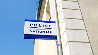 L'enseigne du commissariat de Sarcelles (Val-d'Oise). (JACQUES DEMARTHON / AFP)