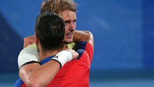 L'accolade entre Novak Djokovic et Alexander Zverev, après la demi-finale des Jeux olympiques le 30 juillet. (TIZIANA FABI / AFP)