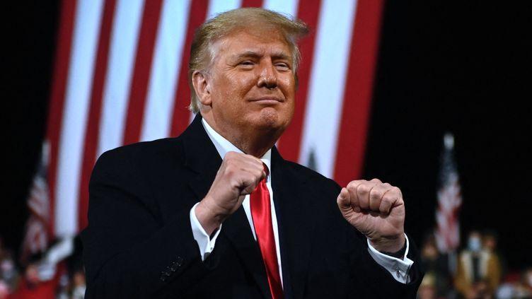 Donald Trump montre ses poings, lors d'unmeetingen Géorgie (Etats-Unis), le 8 septembre 2021. (ANDREW CABALLERO-REYNOLDS / AFP)