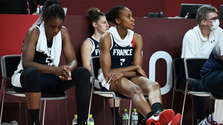 La grande déception des FrançaisesEndene Miyem et Sandrine Gruda, après la défaite contre le Japon en demi-finales des Jeux olympiques, le 6 août 2021. (ARIS MESSINIS / AFP)
