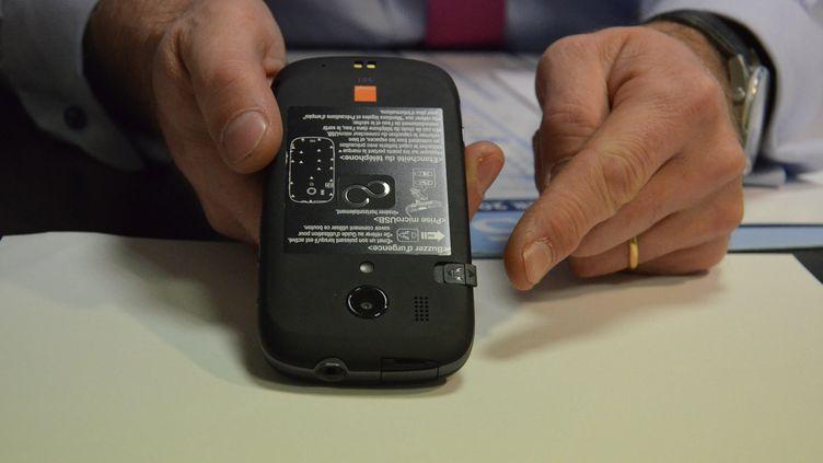 """Le """"téléphone grand danger"""" offre une protection pour les femmes victimes de violences conjugales. (ANNE-CÉCILE JUILLET / MAXPPP)"""