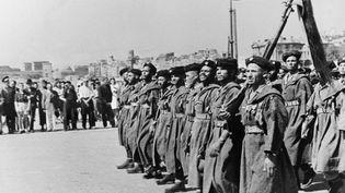Photo de goumiers d'Afrique du Nord, défilant sur le port de Marseille, en août 1944, quelques jours après le Débarquement en Provence. (AFP)