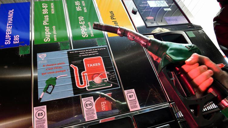 Un homme se sert encarburant, le 6 décembre 2018, dans une station essence àArnage (Sarthe). (JEAN-FRANCOIS MONIER / AFP)