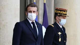 Le président de la République Emmanuel Macron sur le perron de l'Elysée, à Paris, le 12 novembre 2020. (JULIEN MATTIA / ANADOLU AGENCY / AFP)