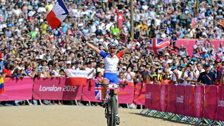 Julie Bresset lors de son titre olympique, en 2012. (CARL DE SOUZA / AFP)
