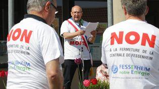Claude Brender, maire de Fessenheim, s'adresse à des pronucléaire en avril 2014 (THIERRY GACHON / MAXPPP)