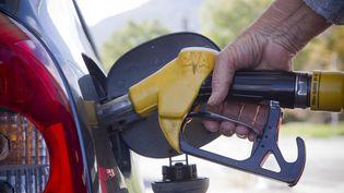 Un automobiliste fait le plein d'essence à Briançon (Hautes-Alpes), le 21 octobre 2021. (THIBAUT DURAND / HANS LUCAS / AFP)