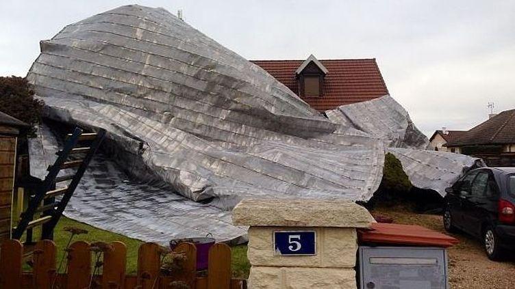 Une partie de la toiture du collège de Sennecey-le-Grand, en Saône-et-Loire, s'est envolée et a atterri sur une maison voisine. (FRANCE 3 BOURGOGNE)