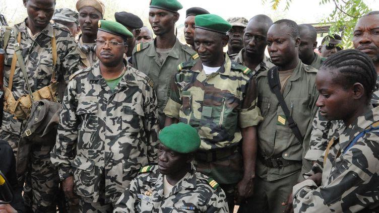Le capitaine Amadou Sanogo (assis au centre) mène la junte militaire qui a pris le pouvoir au Mali le 21 mars 2012. (HABIBOU KOUYATE / AFP)