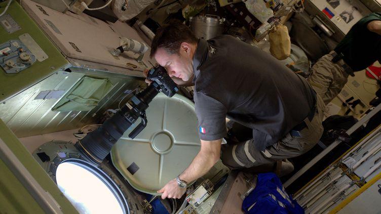 Le spationaute Thomas Pesquet prend une photo depuis un hublot de la Station spatiale internationale, le 28 décembre 2016. (PICASA / AFP)