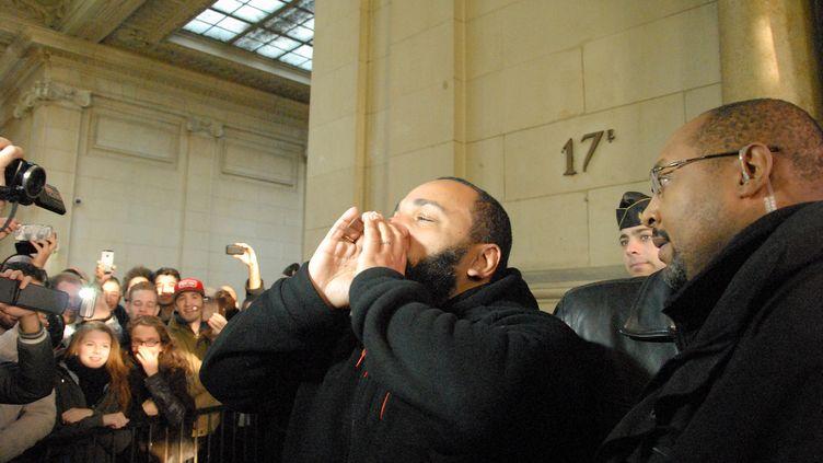 L'humoriste Dieudonné face à la foule, le 13 décembre 2013, au Palais de justice de Paris. (CITIZENSIDE / PATRICE PIERROT / AFP)
