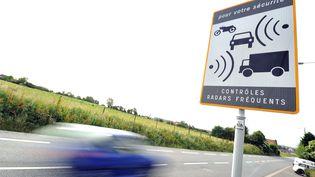 Une voiture passant devant un radar sur une route limitée à 90 km/h. (PHILIPPE HUGUEN / AFP)