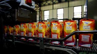 Des paquets de sucre sur une chaîne d'empaquetage dans la sucrerie d'Origny-Sainte-Benoite, le 20 octobre 2005. (PHILIPPE HUGUEN / AFP)