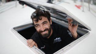 Le skipper suisse Alan Roura, 23 ans, aux Sables d'Olonne (Vendée), point de départ du Vendée Globe, le 15 octobre 2016. (JEAN-SEBASTIEN EVRARD / AFP)