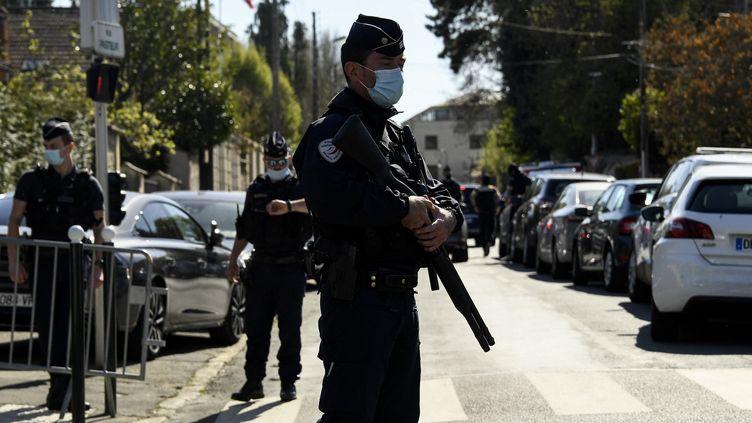 Un policier à Rambouillet, après l'attaque au commissariat, le 23 avril 2021. (BERTRAND GUAY / AFP)