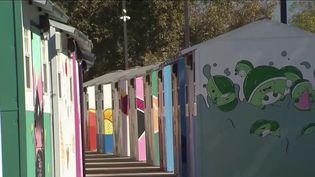 À Los Angeles (États-Unis), un programme de soutien aux sans-abri donne une chance à ces derniers, en les relogeant dans des petites habitations de 6 mètres carrés. L'objectif est de donner une seconde chance aux sans-abri, ainsi que de la stabilité. (France 2)