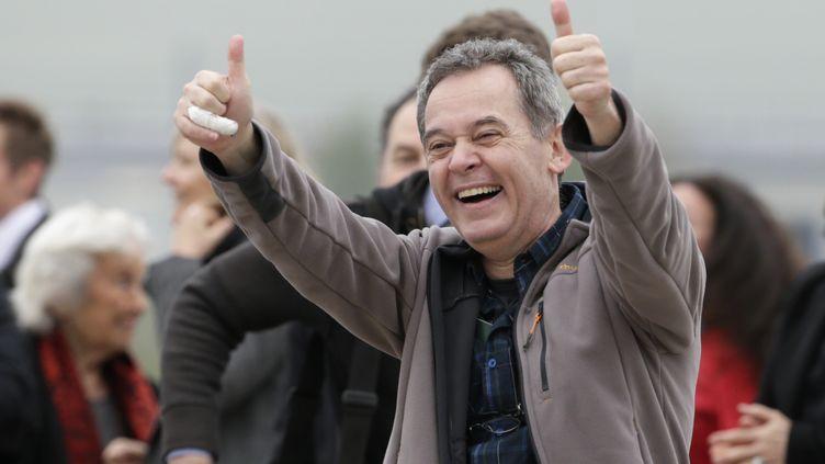 Didier François, l'un des quatre journalistes français pris en otage en Syrie, lors de son arrivée en France après sa libération, sur la base aérienne de Villacoublay (Yvelines),le 20 avril 2014. (KENZO TRIBOUILLARD / AFP)