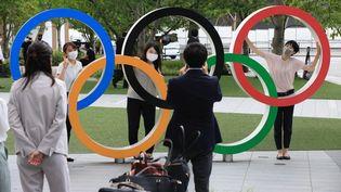 Les anneaux des Jeux olympiques ont été installés à Tokyo au Japon. (STANISLAV KOGIKU / APA-PICTUREDESK / APA-PICTUREDESK VIA AFP)