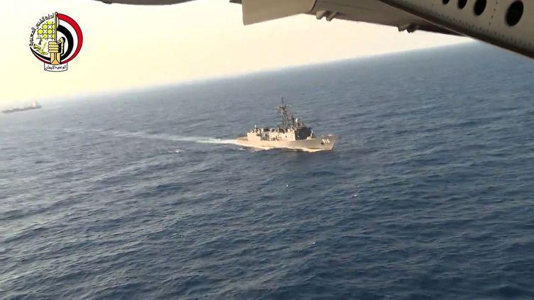 Un bâtiment de la marine égyptienne recherche l'épave du vol d'Egyptair, le 20 mai 2016 en mer Méditerranée. (AFP)