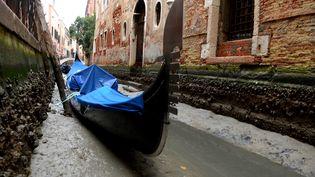 Une gondole dans un canal à sec, à Venise (Italie), le 31 janvier 2018. (MARCO SABADIN / AFP)