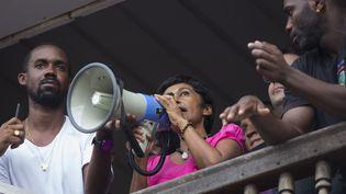 La ministre des Outre-mer, Ericka Bareigts, apparaît face à la foule au balcon de la préfecture de Cayenne (Guyane), le 30 mars 2017. (GILLES MOREL / CITIZENSIDE / AFP)