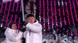 Ce n'est pas la première fois qu'un rendez-vous olympique devient l'objet d'enjeux et de tractations diplomatiques. Cette vitrine sportive a souvent été un terrain de paix, mais aussi de boycott, de tensions et même de drames. Retour en images. (France 2)