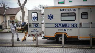 Des ambulanciers du SAMU 93, le 22 novembre 2019 à Montreuil. Photo d'illustration. (LUC NOBOUT / MAXPPP)