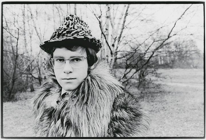 Elton John en janvier 1968, ses premières photos promotionnelles. (VAL WILMER / REDFERNS / GETTY IMAGES)