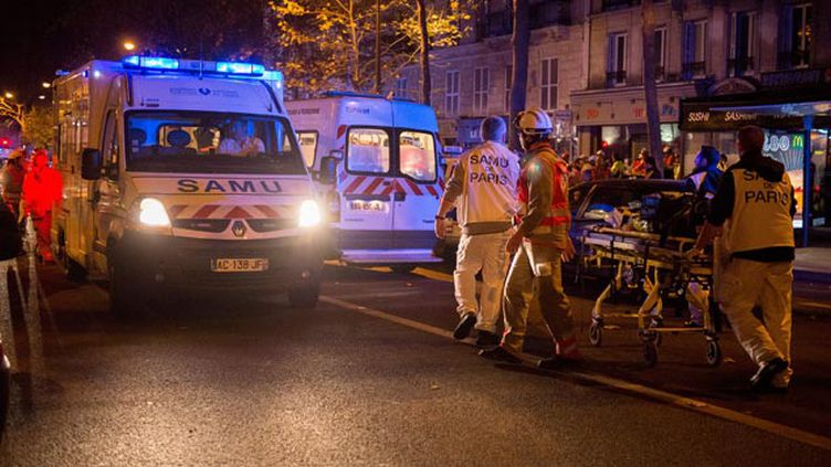 (Un blessé évacué après l'attaque du Bataclan ©)